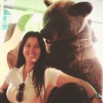 Elsimar, diretora de criação da BLBABY abraçada com um urso grande de pelúcia